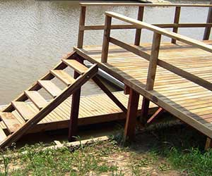 Muelle con marina de madera